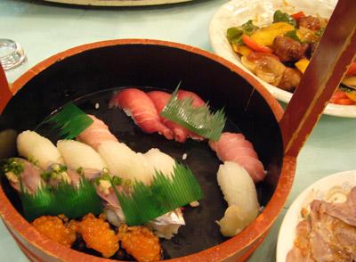 寿司まで出てきます