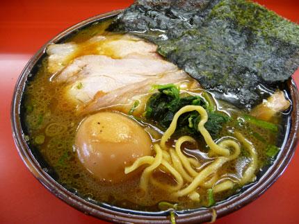 豚骨鶏ガラベースの醤油味スープ、こしのある太麺