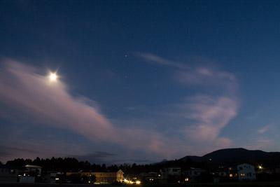 すごく明るい月