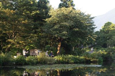 いもり池と妙高山を描く人々