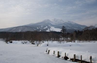 冬のいもり池と妙高山