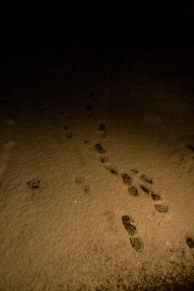 足跡と雪と灯り