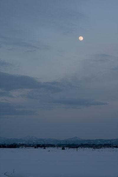 上越の冬の月