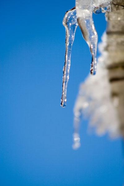 日を浴びる氷柱