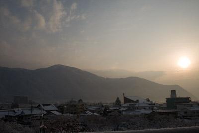 朝日を浴びた戸倉上山田の街