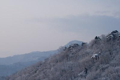 白く雪化粧した山々