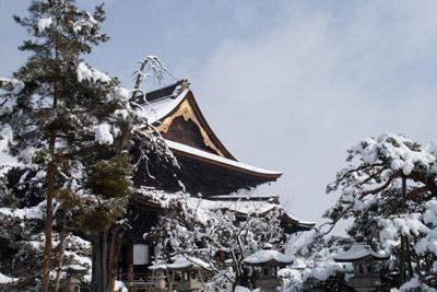雪景色の善光寺