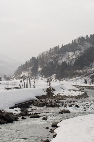 雪融け水が川に溢れていた