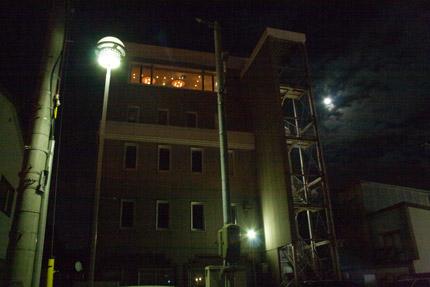 街の明かりと月