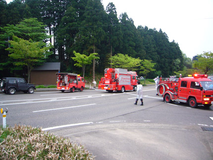 次々と消防車