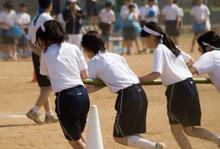 女子の竿を持っての団体リレー
