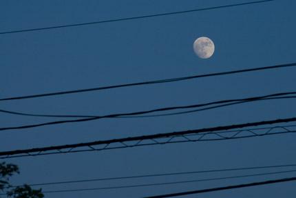 月も電線の間に見えます