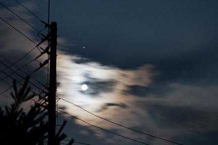 不気味に月が光っていた