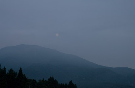 月も雲に見え隠れ