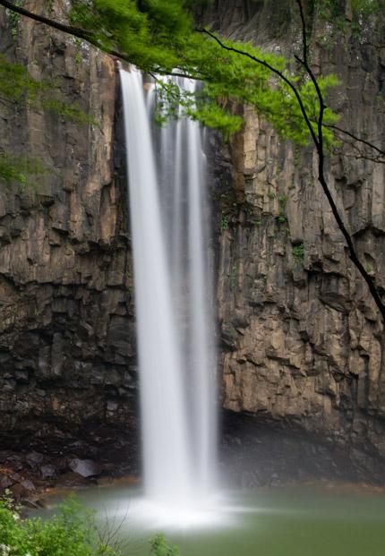 水量豊かな綺麗な苗名滝