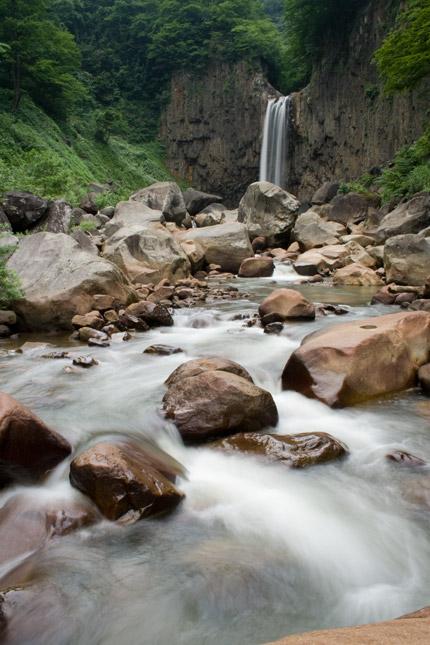 川の流れとともに苗名滝に涼を頂きます