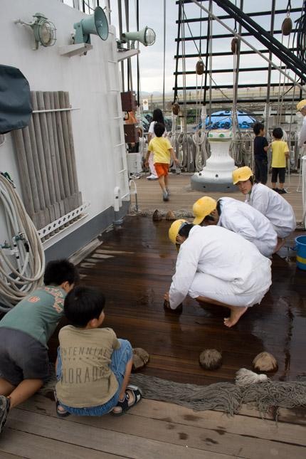 船の掃除は、椰子の実を使う