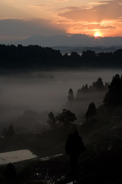 朝日が、雲から顔を出します