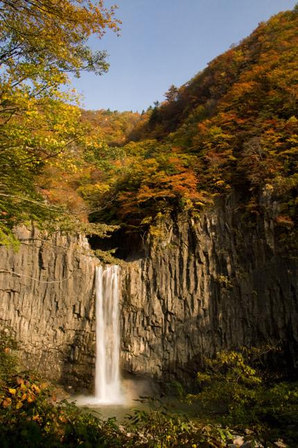 朝日を浴びて、苗名滝