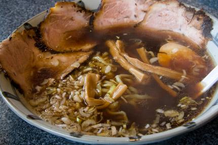 アッサリ醤油スープのやや太麺