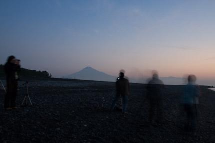 薄明かりの中にくっきりと富士山が