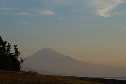 三保の松原と共に輝く富士山