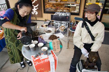 コーヒー豆を煎っている若い女性