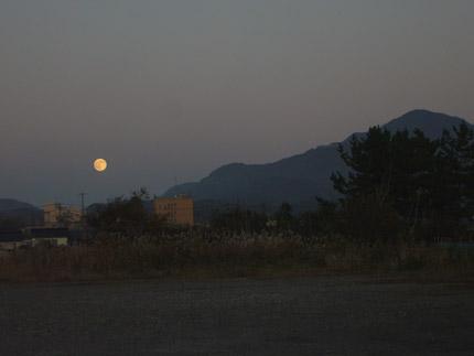 赤く染まった月と米山