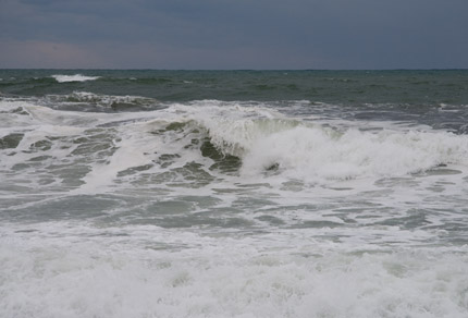 海では、波が大きかった