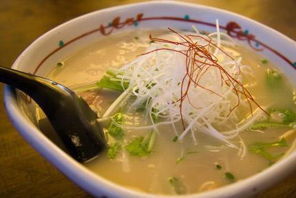 鶏がら白湯スープのラーメン
