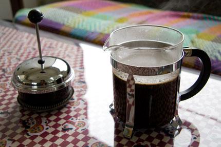 沸騰したお湯をコーヒープレスの側面に当たるように注ぎ込みます