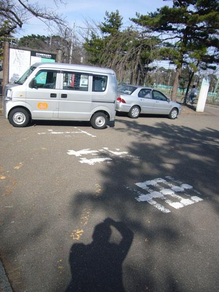 駐車禁止地帯に止めている車