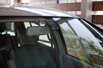 車のフロントガラスに貼り付けて