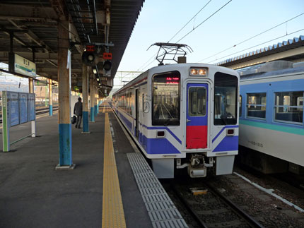 午前6時発のほくほく線の電車