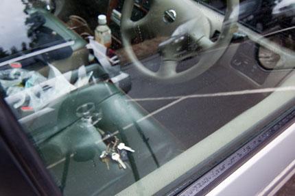 車の鍵は、車の中