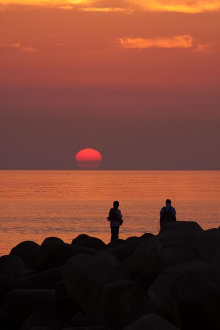 悲しく沈む夏の夕日