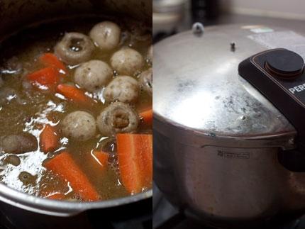 一口大に切った人参と石突を取ったマッシュルームを<br /> 鍋に加えて、弱火で1時間ほど煮込む
