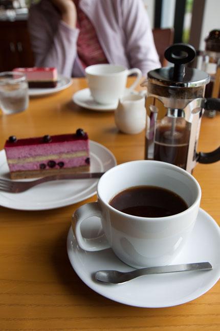 プレスで入れたコーヒーにケーキ