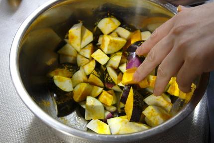 茄子を乱切にし、塩、ターメリック各小さじ1/2をまぶし5分おく