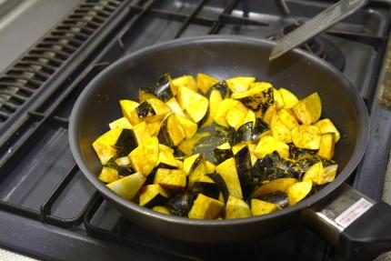 フライパンにサラダ油を入れ茄子を炒める