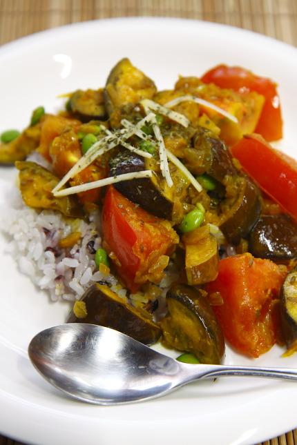 皿に盛りつけて、針生姜の香菜を飾る