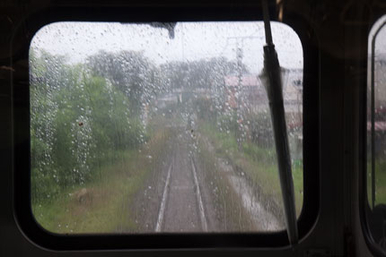 外はあいにくの雨模様
