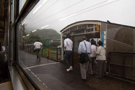 途中駅では、学生が多く乗り降りしていました