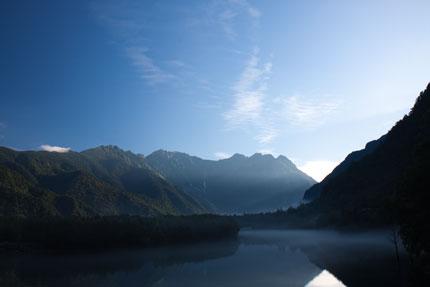朝日が神々しく山々を照らしていました