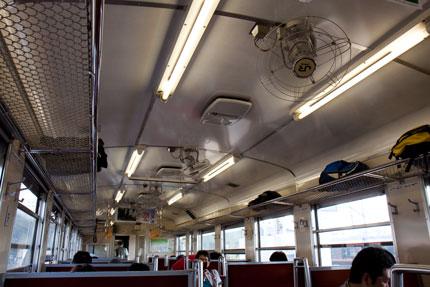 電車には冷房が無く、扇風機がある