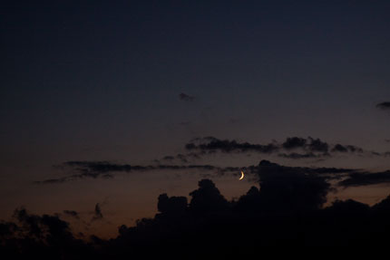 西の空に夕焼けと三日月が綺麗でした