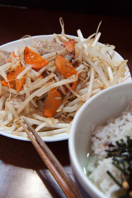 お茶漬けにもやし人参豚肉の炒め物<br />