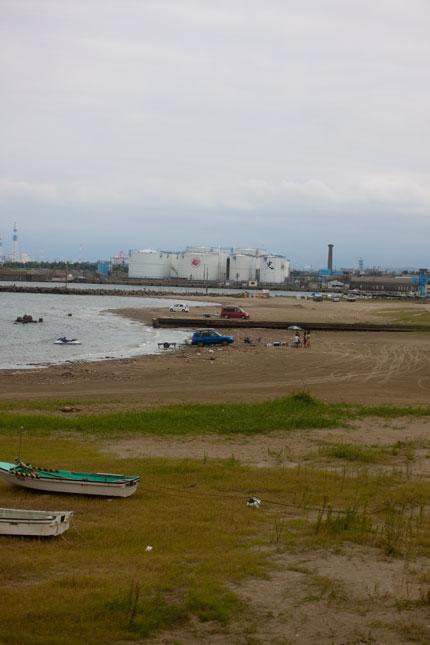工場群と海