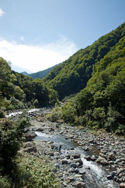 川が流れる山間