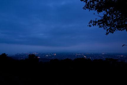 午前5時過ぎは、まだ辺りは暗い